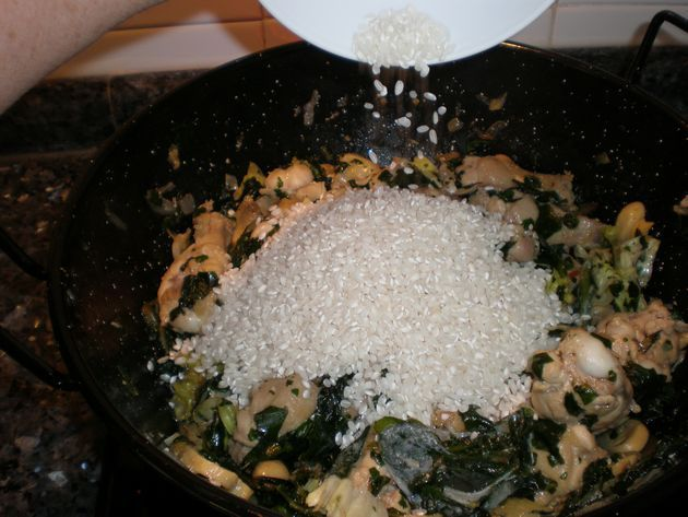 Elaborando arroz con acelgas